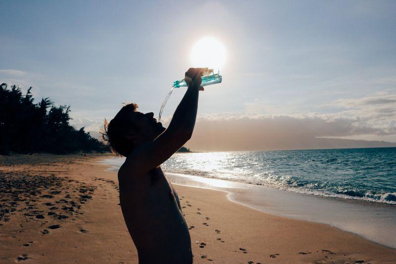 Waarom het te snel drinken van water niet goed voor u is